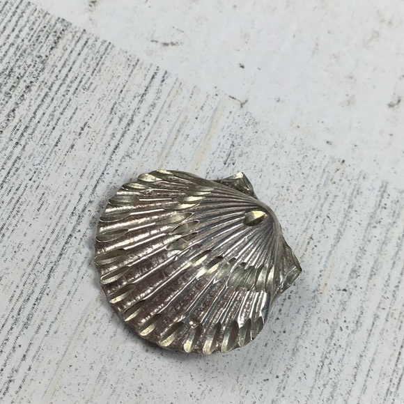 Vintage Jewelry - Sterling Silver Diamond Cut Clam Shell Pendant